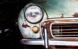 Auto vecchia lasciata nel cortile